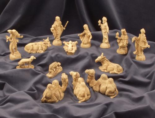 Krippenfiguren aus Olivenholz aus Bethlehem im barocken Stil. 9-10 cm hoch. 14-teilig.